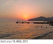 Купить «Летний вечер на Черном море, курорт Хоста, солнце на закате», фото № 8466351, снято 31 июля 2015 г. (c) DiS / Фотобанк Лори