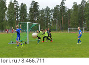 Купить «Виерумяки, Финляндия. Школа футбола уделяет внимание секретам атаки, поэтому приветствуются трюки с огромным мячом, забивание голов, жесткие схватки 1 на 1 и, конечно, много игры», фото № 8466711, снято 17 июля 2015 г. (c) Валерия Попова / Фотобанк Лори