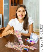Купить «Girl makes braslets with elastic», фото № 8468327, снято 18 июля 2019 г. (c) Яков Филимонов / Фотобанк Лори