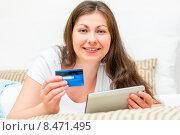 Купить «Красивая девушка имеет много денег на кредитной карте», фото № 8471495, снято 26 апреля 2015 г. (c) Константин Лабунский / Фотобанк Лори