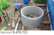 Мужчина передвигает вручную бетонное кольцо. Стоковое видео, видеограф Александр Романов / Фотобанк Лори