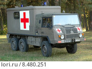 Купить «Военный санитарный автомобиль Steyr-Daimler-Puch Pinzgauer-718AMB», фото № 8480251, снято 9 октября 2005 г. (c) Сергей Попсуевич / Фотобанк Лори
