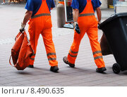 Купить «legs mull dustman refuse dustbin», фото № 8490635, снято 21 марта 2019 г. (c) PantherMedia / Фотобанк Лори
