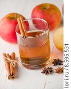 Яблочный сидр с корицей. Стоковое фото, фотограф Ника Денова / Фотобанк Лори