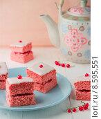 Розовые кексы с глазурью и смородиной. Стоковое фото, фотограф Ника Денова / Фотобанк Лори