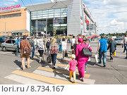 Купить «Люди переходят по зебре улицу Вавилова в Москве», эксклюзивное фото № 8734167, снято 23 июля 2015 г. (c) Алёшина Оксана / Фотобанк Лори