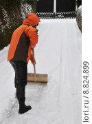 Купить «woman snow pavement umpflicht schneebeseitigung», фото № 8824899, снято 26 марта 2019 г. (c) PantherMedia / Фотобанк Лори