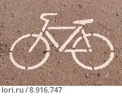 Купить «Велосипедная дорожка - трафарет на асфальте», фото № 8916747, снято 8 августа 2015 г. (c) Павел Кричевцов / Фотобанк Лори