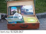 Купить «Старые пластинки в винтажном чемодане», фото № 8928067, снято 4 июля 2015 г. (c) Татьяна Белова / Фотобанк Лори