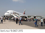 Купить «Schoenefeld, Germany, in front of a crowd Airbus A380-800 of the airline Emirates», фото № 9067315, снято 23 мая 2014 г. (c) Caro Photoagency / Фотобанк Лори
