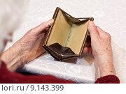 Купить «hand empty purse poor wallet», фото № 9143399, снято 18 января 2018 г. (c) PantherMedia / Фотобанк Лори