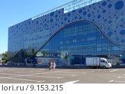 Купить «Парковка возле Москвариума на ВДНХ», фото № 9153215, снято 8 августа 2015 г. (c) Владимир Горощенко / Фотобанк Лори