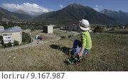 Купить «Маленький мальчик сидит на холме и играет с игрушечным трактором на фоне города и гор», эксклюзивный видеоролик № 9167987, снято 21 июля 2015 г. (c) Алексей Бок / Фотобанк Лори