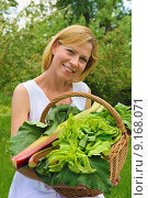 Купить «Young woman holding basket with vegetable», фото № 9168071, снято 6 мая 2019 г. (c) PantherMedia / Фотобанк Лори