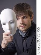 Купить «man hiding face under white mask», фото № 9173755, снято 5 июля 2020 г. (c) PantherMedia / Фотобанк Лори