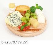 Купить «cheese grapes parmesan gouda feta», фото № 9179551, снято 27 марта 2019 г. (c) PantherMedia / Фотобанк Лори