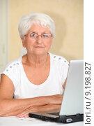 Closeup of elderly woman with laptop computer. Стоковое фото, фотограф Fabrice Michaudeau / PantherMedia / Фотобанк Лори