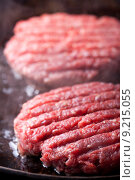 Купить «raw pan hamburger burger mincemeat», фото № 9215055, снято 22 июня 2018 г. (c) PantherMedia / Фотобанк Лори