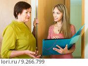 Купить «Social worker talking with an elderly woman», фото № 9266799, снято 23 мая 2014 г. (c) Яков Филимонов / Фотобанк Лори