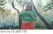 Купить «Pregnant Woman Enjoying the Spring Day», видеоролик № 9269115, снято 1 июля 2015 г. (c) Данил Руденко / Фотобанк Лори
