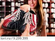 Купить «woman couple pair shoes bowling», фото № 9299399, снято 20 марта 2019 г. (c) PantherMedia / Фотобанк Лори