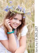 Купить «Beautiful young girl in summer field», фото № 9365287, снято 26 марта 2019 г. (c) PantherMedia / Фотобанк Лори