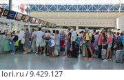 Купить «Аэропорт Адлер, Сочи. Пассажиры у стойки регистрации», видеоролик № 9429127, снято 13 августа 2015 г. (c) Игорь Долгов / Фотобанк Лори