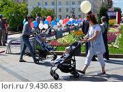 Купить «Женщины с детскими колясками гуляют на улицах города. Празднование дня города. Тюмень», фото № 9430683, снято 25 июля 2015 г. (c) Александр Тараканов / Фотобанк Лори