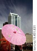 Купить «building house pink umbrella sunshade», фото № 9451831, снято 10 декабря 2018 г. (c) PantherMedia / Фотобанк Лори