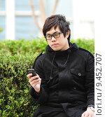 Купить «man sms on cell phone», фото № 9452707, снято 17 января 2020 г. (c) PantherMedia / Фотобанк Лори
