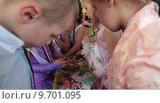 Купить «Дети на выпускном балу рассматривают фотоальбом со своими фотографиями», видеоролик № 9701095, снято 10 июня 2015 г. (c) Кекяляйнен Андрей / Фотобанк Лори
