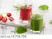Купить «Healthy Spinach and strawberry smoothies», фото № 9718759, снято 11 июля 2015 г. (c) Tatjana Baibakova / Фотобанк Лори