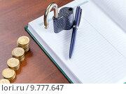 Купить «Золотые монеты, блокнот и замок - концепция финансовой безопасности», фото № 9777647, снято 28 апреля 2015 г. (c) Евгений Ткачёв / Фотобанк Лори