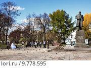 Купить «Фотосессия молодоженов в Комсомольском сквере у памятника Ленину в Перми», фото № 9778595, снято 18 октября 2013 г. (c) Manapova Ekaterina / Фотобанк Лори