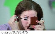Купить «Девушка красит ресницы тушью для глаз», видеоролик № 9785475, снято 22 июня 2015 г. (c) Кекяляйнен Андрей / Фотобанк Лори