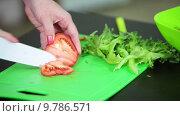 Женщина режет спелый томат. Стоковое видео, видеограф Кекяляйнен Андрей / Фотобанк Лори