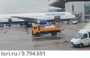 Купить «Самолет Boeing-76 авиакомпании Трансаэро стоит около терминала аэропорта Пулково, Санкт-Петербург», видеоролик № 9794691, снято 1 августа 2015 г. (c) Кекяляйнен Андрей / Фотобанк Лори