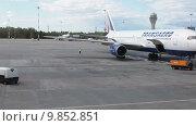 Купить «Boeing-767 авиакомпании Трансаэро припаркованный к терминалу аэропорта Пулково, Санкт-Петербург», видеоролик № 9852851, снято 2 августа 2015 г. (c) Кекяляйнен Андрей / Фотобанк Лори
