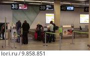 Купить «Стойка регистрации пассажиров на рейс и сдачи багажа в аэропорту Кольцово, Екатеринбург», видеоролик № 9858851, снято 2 августа 2015 г. (c) Кекяляйнен Андрей / Фотобанк Лори