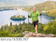 Туристка с палками возле озера Блед в Юлийских Альпах, Словения. Стоковое фото, фотограф Matej Kastelic / Фотобанк Лори