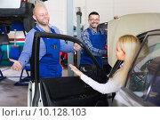 Купить «Service crew and woman driver», фото № 10128103, снято 16 августа 2018 г. (c) Яков Филимонов / Фотобанк Лори