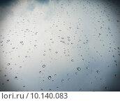 Капельки дождя на стекле. Стоковое фото, фотограф Тимофеева Алина / Фотобанк Лори
