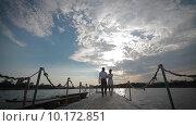 Молодая пара на пирсе. Стоковое видео, видеограф Алексей Жарков / Фотобанк Лори