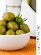 Купить «Green olives in a white ceramic bowl», фото № 10179147, снято 15 декабря 2018 г. (c) PantherMedia / Фотобанк Лори