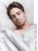 Молодой красивый человек спит в постели. Стоковое фото, фотограф Дмитрий Булин / Фотобанк Лори