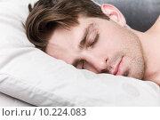 Купить «Молодой красивый мужчина спит в постели», фото № 10224083, снято 9 июня 2015 г. (c) Дмитрий Булин / Фотобанк Лори