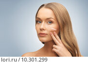 Купить «woman with pale and dark foundation tone on face», фото № 10301299, снято 8 декабря 2012 г. (c) Syda Productions / Фотобанк Лори