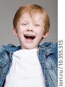Купить «Радостный рыжеволосый мальчик», фото № 10355315, снято 27 апреля 2015 г. (c) Дмитрий Булин / Фотобанк Лори