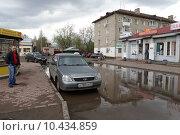 Купить «Кинешма, большая зеркальная лужа на улице 50-летия Комсомола летом», эксклюзивное фото № 10434859, снято 3 мая 2015 г. (c) Дмитрий Неумоин / Фотобанк Лори