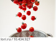 Купить «Cherry Tomatoes Tumbling Into Metal Colander», фото № 10434927, снято 21 мая 2019 г. (c) PantherMedia / Фотобанк Лори